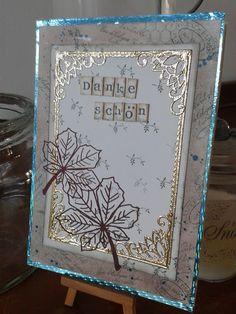 Bestempelter Hintergrund verziert mit Gold-Stickern und selbstklebenden Blättern