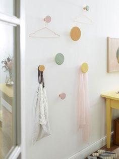 Diese hübschen Wandhaken können nicht nur im Flur zum Einsatz kommen. In fröhlichen Pastellfarben erstrahlen sie auch das Schlafzimmer.