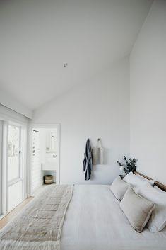 Master Bedroom Design, Home Decor Bedroom, Bedroom Wall, Bedroom Ideas, Grey Bedroom With Pop Of Color, Pink Bedrooms, Bedroom Styles, Minimalist Home, Minimalist Lifestyle