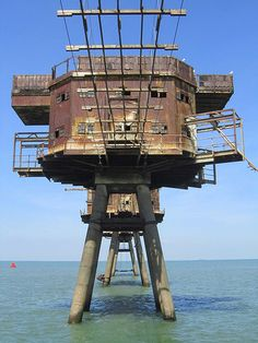 Red Sands Sea Forts These fortified towers were built in Sealand to help defend the United Kingdom in WWII. Today they are mostly abandoned and eerie as ever. Old Buildings, Abandoned Buildings, Abandoned Places, Haunted Places, Maunsell Forts, Abandoned Train Station, Battle Of Britain, Fortification, Urban Exploration
