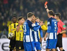 Dortmunds Emre Mor (2.v.l.) sah die Rote Karte.