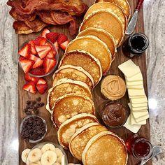 Brunch Boards sind im Grunde Frühstück Wurstwaren und mein Mund wässert Breakfast Platter, Breakfast Waffles, Pancakes And Waffles, Baked Bacon Recipe, Bacon Recipes, Pancake Recipes, Healthy Recipes, Detox Recipes, Seafood Recipes