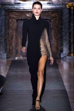 "Anthony Vaccarello - Pasarela    y para el momento mas drastico y favorito de @AnthonyVaccarello el bestido que le apunte: ""goddess dress"".  obsessed with the leg power amenity & fabric block. sexy.    #fashion #runway #vogue #dress #chic"