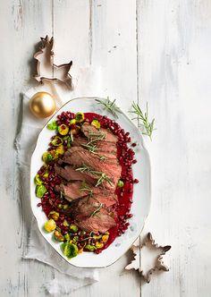 Hirvenpaahtopaisti on tämän joulun kuningas. Lisukkeeksi se saa punajuuri- sinihomejuustopyreen ja paistettuja ruusukaaleja sekä granaattiomenansiemeniä. Kombucha, Chana Masala, Ethnic Recipes, Food, Essen, Meals, Yemek, Eten