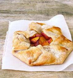 Peach Crostata easy easy summer peach recipe made with storebought crust and fresh peaches Summer Desserts, Easy Desserts, Delicious Desserts, Yummy Food, Dessert Healthy, Fruit Recipes, Baking Recipes, Dessert Recipes, Dessert Tarts
