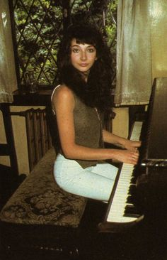 Super Seventies — Kate Bush at the piano. Her Music, Music Love, Rock Music, Divas, Little Britain, Idole, Progressive Rock, Female Singers, Record Producer