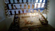 La table de peinture du peintre cartonnier, un atelier récupéré dans un atelier familial.