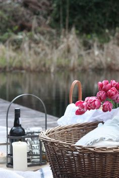 Basket picnic romantic ideas for 2019 Picnic Time, Summer Picnic, Romantic Picnics, Wine Cheese, Love Eat, Simple Pleasures, Natural Living, Holidays And Events, Savannah Chat