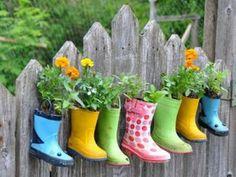 Sommige creaties zijn binnen no-time een feit. Zijn de kinderen uit hun laarzen gegroeid? No problem. Enkele spijkers en bloemen en je hebt een persoonlijk element in je tuin. Uiteraard past het niet in een moderne tuin - maar in een kindertuin kan het een leuk en speels onderdeel zijn van de tuin.