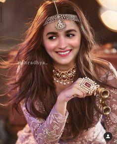 Alia Bhatt Photoshoot, Indian Photoshoot, Beautiful Bollywood Actress, Beautiful Indian Actress, Alia Bhatt Cute, Prettiest Actresses, Bollywood Celebrities, Bollywood Girls, Bollywood Saree