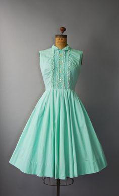 Absoluut prachtig jaren 1950 minty groene katoenen dag jurk met taille gesmoord, zeer volledige rok, mouwloos bodice, ruffle kant trim met