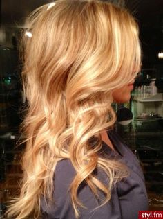 Beautiful blonde Balayage, love the color love her hair prettty red hair Golden Blonde Hair, Honey Blonde Hair, Blonde Curls, Sandy Blonde, Blonde Waves, Gold Blonde, Curls Hair, Hair Ponytail, Messy Hair