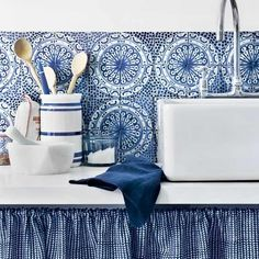 Blue kitchen with bold splashback/ love the blue and white tiles making up the back splash. Blue Kitchen Tiles, Blue Tiles, White Tiles, Kitchen Colors, Kitchen Design, Blue Backsplash, Splashback Tiles, Blue Mosaic, Deco Dyi