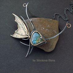 Ожерелье с лабрадором в виде стилизованной рыбки.