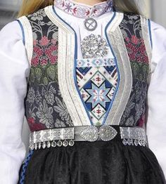 Bringeduk i blått kalemankliv Norwegian Clothing, Folk Costume, Traditional Dresses, Daily Wear, Costume Design, Beautiful Outfits, Norway, Dress Outfits, Winter Fashion