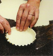 Masa quebrada. Ingredientes. 250g de harina sin gluten (ejemplo: marca Proceli), 100g de manteca a temperatura ambiente 100g de agua, una cucharadita de polvo de hornear sin gluten, una pizca de sal, un pellizco de azúcar