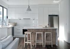 . Keuken model Atlanta  2 Hoge apothekerskasten, composiet werkblad, glazen rugwand  #interieur & #keukens #funda