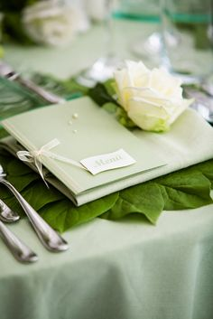 eine super edle und top angesagte #Tischdeko in grün mit Calla ...