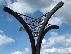 """""""Avara syli"""" - Raatteentie Monumentti. Suunnittelija Erkki Pullinen. Puukaarien varassa olevat 105 vaskikelloa (jotka soivat tuulen puuhaltaessa) symboloivat jokaista Talvisodan päivää."""