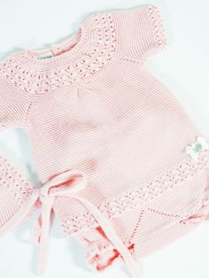 Conjunto con ranita dos piezas de punto en color rosa tiza de Paz Rodríguez.