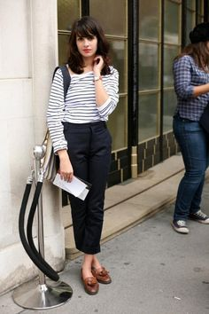 How to Wear Loafers | Glam Radar. Kort marineblå bukse + stripete genser + brune sko.