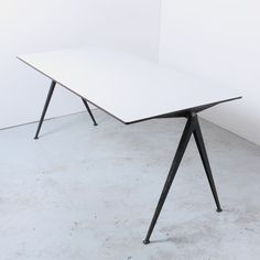 Pyramid Compass dining table from the fifties by Wim Rietveld for Ahrend de Cirkel