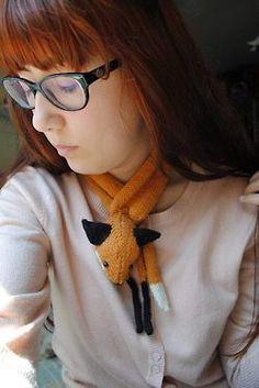 "Patrón: Mr. Fox Stole My Heart and Mini-fox Autor: Stephanie Dosen ""Tiny Owl Knits"" Materiales: Indiecita Baby Alpaca negra y negra, Quintessence Oveja color crudo, relleno sintético, 2 imánes de neodimio, 2 perlas swarovski negras."