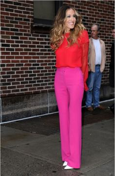 Sarah Jessica Parker ~ LOVE her style and her hair Sarah Jessica Parker, Pinke Outfits, Look Rose, Look Plus, Pink Pants, Pink Trousers, Petite Women, Carrie Bradshaw, Fashion Over 40