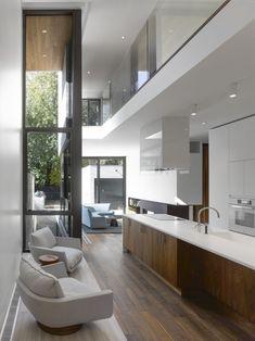 modernes schmales haus einrichtung küche kochinsel weiß holz fronten