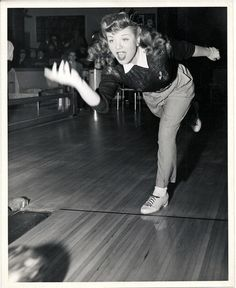 Always a fun time! And we have some fun pins for bowling games, parties, and competitions. Vintage Love, Vintage Beauty, Vintage Images, Retro Vintage, Vintage Trends, Bowling Pictures, Retro Fashion, Vintage Fashion, Bowling Outfit