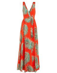 Robe fluide à fleurs Paul & Joe en crêpe de soie rouge, parée d'un motif palmier aux teintes vert forêt et avoine. Elle est dotée d'une taille pincée flatteuse et d'une jupe longue jusqu'au sol et fendue sur le devant qui accentue sa fluidité.