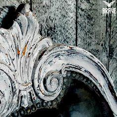 detalj av en rokokko telefonbenk malt i flere farger, pusset og vokset for max attitude!   #kalkmaling #vintrokalkmaling #vintropaint #oppussing #malemøbler #rokokko #diy Lion Sculpture, Statue, Wine, Pictures, Sculpture, Sculptures