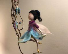 Aguja fieltro hadas, Waldorf inspirado, hada de la flor, flores, muñecas del arte, muñeca hada miniatura, lana, Elf, decoración casera, regalo, naturaleza