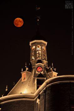 De top van de Drommedaris in Enkhuizen met daarboven de volle maan...  #enricopictures #enkhuizen #drommedaris #vollemaan #maan