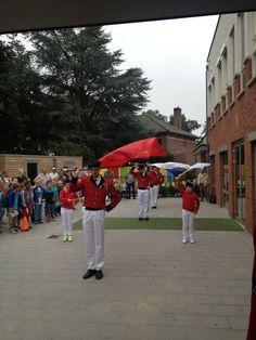 Jeugdvendeliers Mark en Romee en vendeliers vendelen bij de opening van het nieuwe schooljaar op de St. Franciscusschool in #Babberich (gemeente #Zevenaar). Maandag 12 augustus 2013. via twitter @GildeStJan.