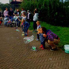 Superbellen maak je met speciaal poeder. Dat bestel je op www.superbellenshop.nl