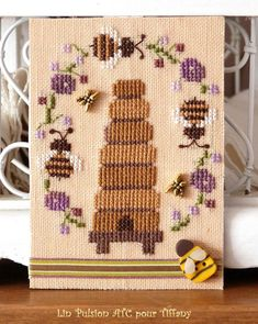 ATC pour Tiffany Small Cross Stitch, Cross Stitch Letters, Just Cross Stitch, Cross Stitch Needles, Cross Stitch Designs, Stitch Patterns, Bee Embroidery, Cross Stitch Embroidery, Bee Crafts