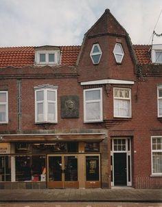 Op 15 september 1866 liet de toen 13-jarige Vincent Van Gogh (Groot-Zundert 1853 – Auvers-sur-Oise (F) 1890) zich inschrijven in het Tilburgse bevolkingsregister. Hij ging in de kost bij Jan Hannik op Korvel 57 (Sint Annaplein 18-19). Hij werd leerling aan de Rijks-HBS Koning Willem II, destijds de enige HBS van Brabant.