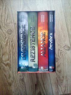 Konečně mám doma celou s3rii knihy Divergence. SUPEEEEEEEER