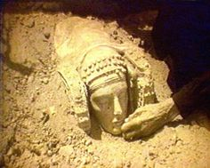 The discovery of the Lady of Elche The Lady of Elche, found in La Alcudia, is one of the most famous sculptures in the world. Aliens And Ufos, Ancient Aliens, Ancient History, Art History, Iron Age, Famous Sculptures, Historical Art, Medieval Art, Ancient Artifacts