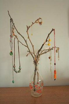 こちらはガラス瓶に枝を無造作にさしたネックレス収納です。ネックレスのビーズたちがまるで木に実る果実のようです。