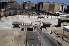 Checkpoint Charlie. 1985. Fue el paso fronterizo más famoso de los usados en la Guerra Fría, en la Friedrichstrasse.  Foto:  AP y AFP
