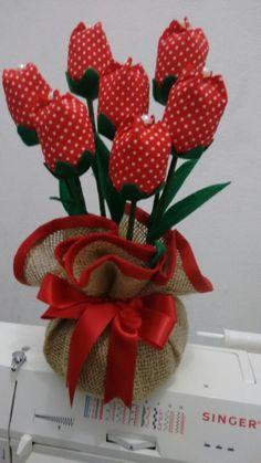 Peso de porta. Várias cores e estampas. confeccionado com juta e tulipas de tecido 100% algodão. Feito sob encomenda. Dimensão: Altura: 20 cm Pode também ser adaptado para arranjo de mesa floral. ANTES DE CLICAR EM COMPRAR PRODUTO TIRE TODAS AS SUAS DÚVIDAS NO QUADRO DE COMENTÁRIOS. Paper Flowers Diy, Flower Crafts, Fabric Flowers, Easy Crafts For Teens, Diy And Crafts, Sewing Hacks, Sewing Projects, Fabric Flower Tutorial, Valentine Crafts