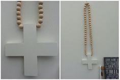 Uniek en XL formaat houten kralenketting met wit houten kruis. Beukenhouten kralen van 25-30mm doorsnede.  HOT ITEM en een sieraad voor elk huis!   Afm. 1.10 lang!! 25 cm breed. € 32,00  www.facebook.com/stoeruhzaken.nl
