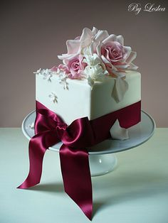 square cake      roses and ribbons