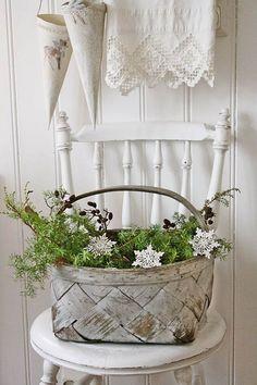 skandinavisch angehauchte Weihnachtsdeko - Korb mit Grün