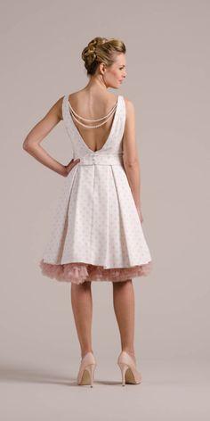 Poppy tiefer Rücken freut sich über unsere edlen Perlenketten! Ein Rockabilly Hochzeitskleid, das neue Maßstäbe setzt – rock jetzt gleich mal rüber hier!