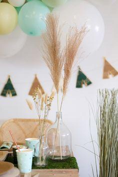 """Ce magnifique vase épuré de type """"dame Jeanne"""" est en verre transparent, il sera parfait au centre de votre table lors d'une fête tendance !  Associez-le à d'autres vases et soliflores de formes et de tailles différentes pour une décoration de mariage bohème :)  Ce grand vase en verre mesure environ 24 cm de haut, vous pouvez y déposer de belles tiges de fleurs séchées ou de branches d'eucalyptus.  #damejeanne #vasedamejeanne Grand Vase En Verre, Jeanne, Diffuser, Vases, Decor, Dried Flowers, Decoration, Decorating, Dekorasyon"""
