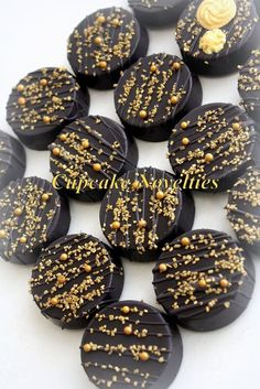 Black Gold Party Art Deco Cookies Chocolate Oreos Great Gatsby by CupcakeNovelties - Delicious custom Chocolate-covered Oreos in black Chocolate Covered Oreos, Chocolate Covered Strawberries, Chocolate Cookies, Chocolate Recipes, Gold Dessert, Dessert Table, Gatsby Cookies, Paletas Chocolate, 1920s Party