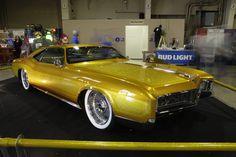 1966 Buick Riviera GS bei Grand National Roadster Show. Es ist ein K&N Luftfilter für sie.